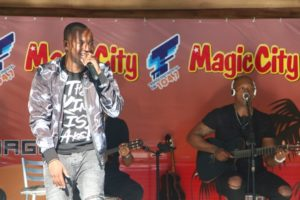Cantor Thiaguinho faz pocket show no Magic City