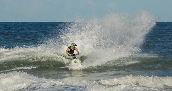 Bruno Jacob faz treinamento especial em ondas grandes na Bahia