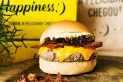 Hamburgueria Happiness lança novo Happy Cheddar